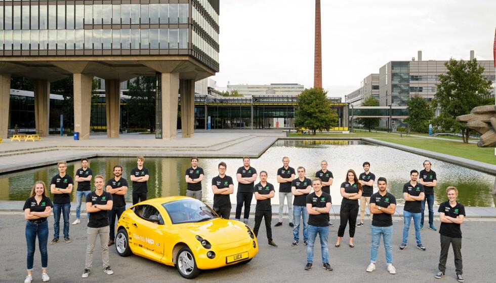 22 studenter ved det tekniske universitetet i Eindhoven, Nederland, har brukt 1,5 år på å bygge en elbil ut av søppel. Foto: Bart van Overbeeke