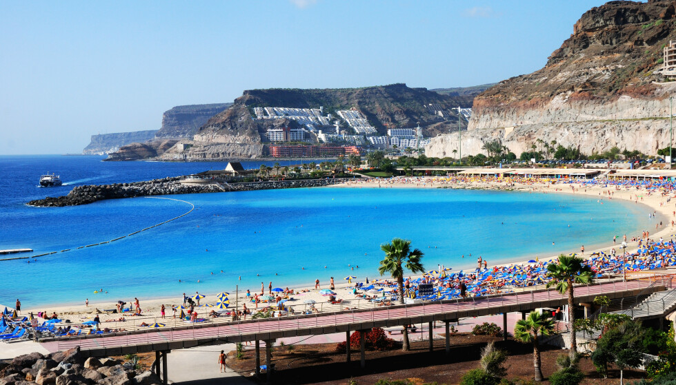 SYNKER: Smittetallene er på vei nedover på Kanariøyene. Her fra Playa de Amadores på Gran Canaria. Foto: NTB