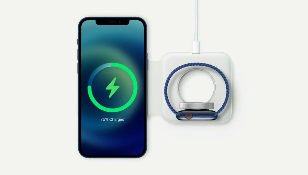 MAGSAFE DUO: Apples nye trådløse lader kan brukes med både iPhone og Apple Watch, og du kan brette den sammen slik at det blir enklere å frakte den med seg. Foto: Apple