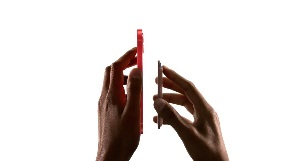 NY TYPE TILBEHØR: MagSafe er et nytt magnet-system på iPhone som gjør det utrolig enkelt å feste deksler og ladere på telefonen. Foto: Apple