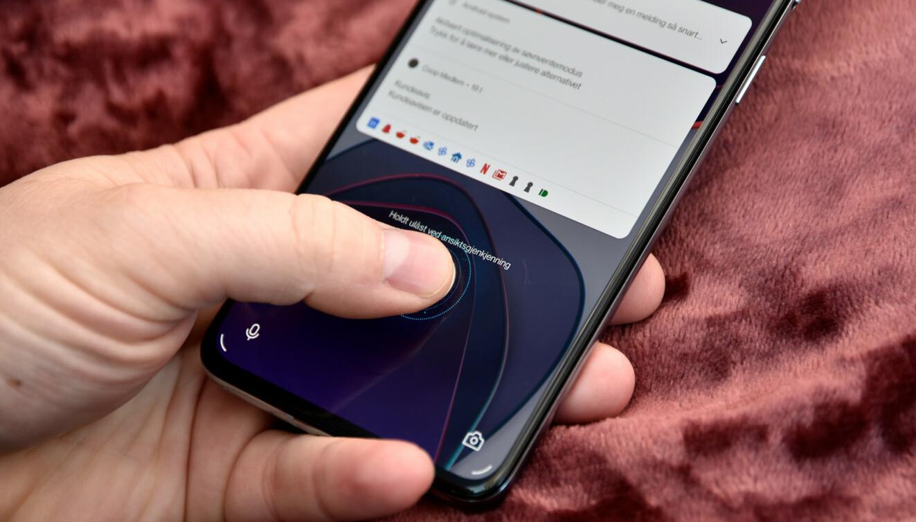 KJAPP: Den optiske fingeravtrykksleseren bak skjermglasset er, som på øvrige OnePlus-telefoner, blant de aller kjappeste. Du kan også låse opp telefonen med ansiktet, men da uten noe avansert skanning annet enn med vanlig bruk av frontkameraet. Foto: Pål Joakim Pollen