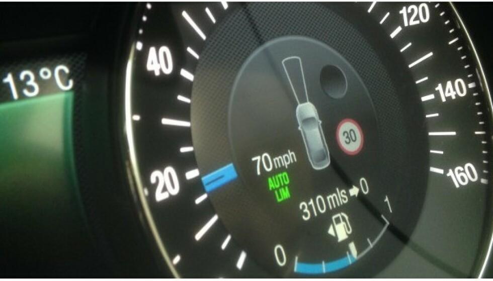 ALLEREDE PÅ PLASS: Noen biler leveres allerede med en slik intelligent fartsholder. Foto: Ford