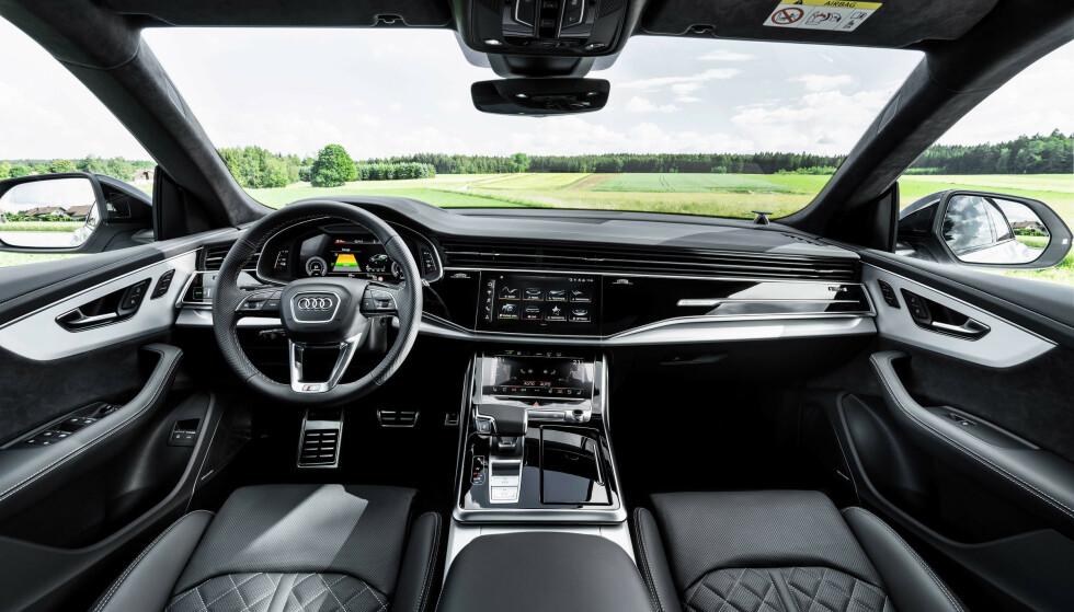 FULL LUKSUS: Tre skjermer står for det meste av betjening og underholdning. Foto: Audi