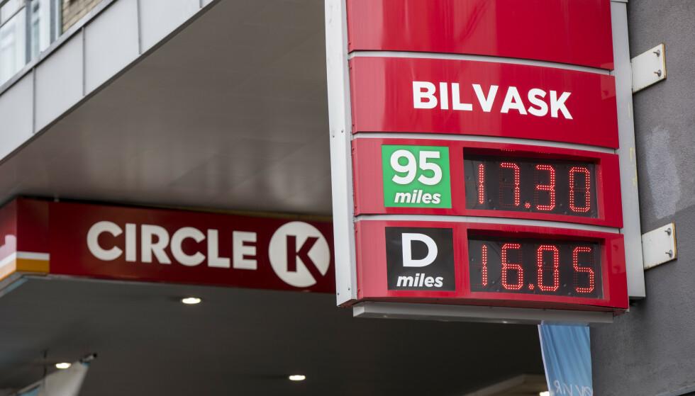HØY MARSPRIS: Siden november i fjor har bensinprisen økt, og i år har det vært den høyeste marsprisen noensinne. Foto: Vidar Ruud / NTB