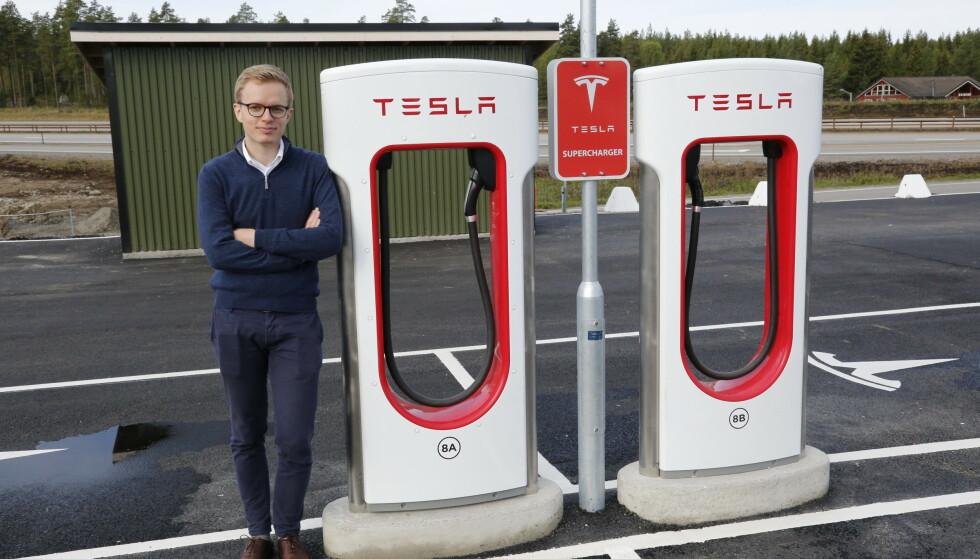 <strong>SLÅR AV PRISEN:</strong> Kommunikasjonssjef Even Sandvold Roland i Tesla Norge bekrefter at de nå setter ned igjen prisene på «Billig-Teslaen» Model 3. Foto: Henrik Skolt / NTB