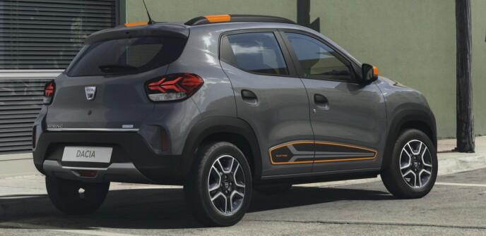 BILLIG: Intromodellen kommer med fargesprakende detaljer. Sjekk bakkeklaringen og felgene som ser ut som aluminiumsfelger, men faktisk er hjulkapsler. Foto: Dacia.