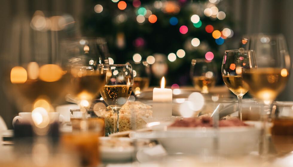 <strong>JULEBORD:</strong> Mindre grupper som passer på smittevernet kan fint møtes på julebord, ifølge Helsedirektoratet. Foto: Shutterstock/NTB