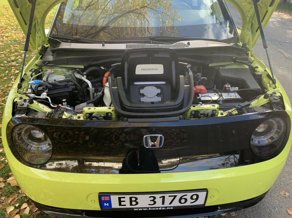 <strong>FRUNK:</strong> Det er ingen lagringsplass under panseret, hvor mange andre elbiler tilbyr litt ekstra bagasjerom. Foto: Øystein B. Fossum