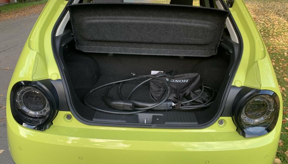 <strong>SÅNN ER DET:</strong> Slik lå kablene i bagasjerommet, da Dinside hentet bilen fra importør. De hadde med andre ord heller ikke tatt seg tid til å få dem på riktig plass. Foto: Øystein B. Fossum