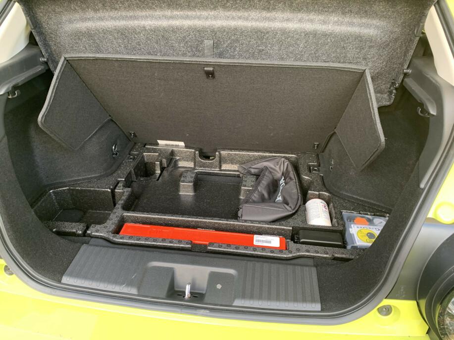 KABEL-ROM: Under bagasjeromsplaten er det satt av plass til ladekablene. Foto: Øystein B. Fossum