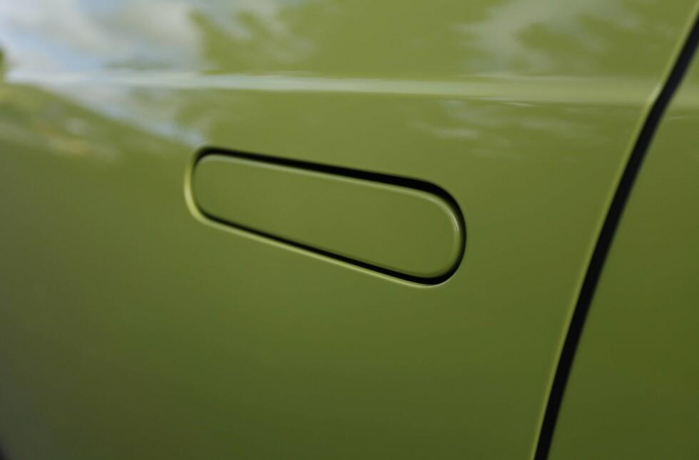 INNFELT: Dørhåndtakene legger seg inn, for å spare luftmotstand - samme baktanke som med «sidespeilene». Foto: Øystein B. Fossum