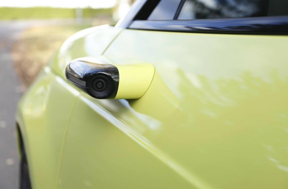 <strong>«SPEIL»:</strong> Honda har gått for løsningen med kamera utenfor og skjermer inni bilen, istedenfor tradisjonelle sidespeil. Foto: Øystein B. Fossum