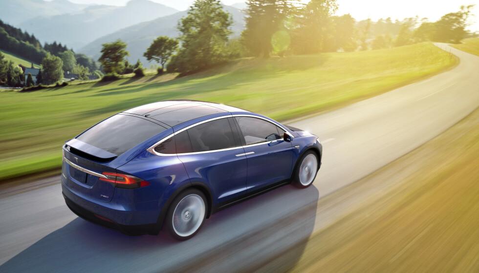 ELEKTRISK MOT DIESEL: Tesla Model 3 slipper ut 91 gram CO2 per kilometer når hele livsløpet er tatt med. Mercedes C220 diesel slipper ut 260, konkluderer en ny stor studie. Foto: Tesla