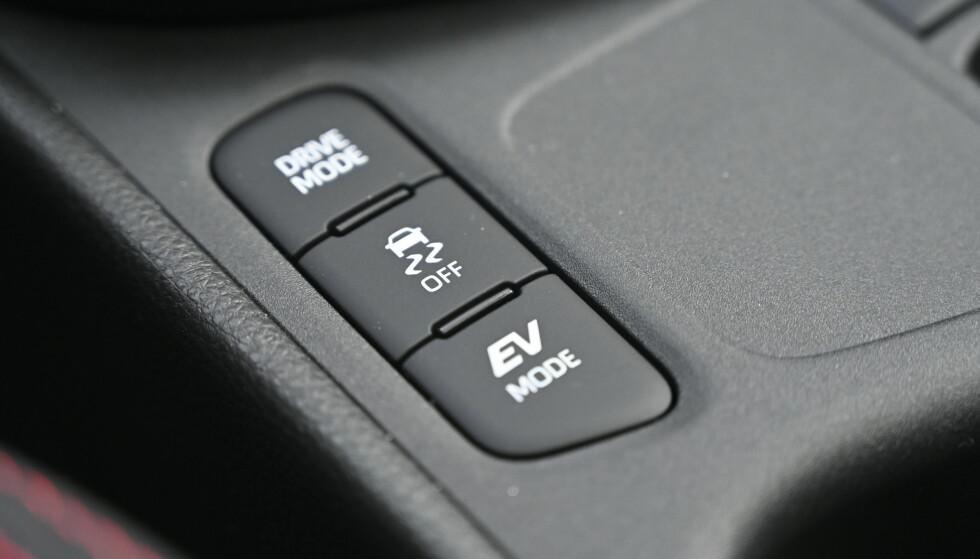 GLEM DISSE: 116 hk gir aldri noe sporty bil, så trykk på Eco og la den stå der. Hjulspinn blir det også lite av. I kjent Toyota-stil, virker bare elektrisk kjøring unntaksvis. Foto: Rune M. Nesheim