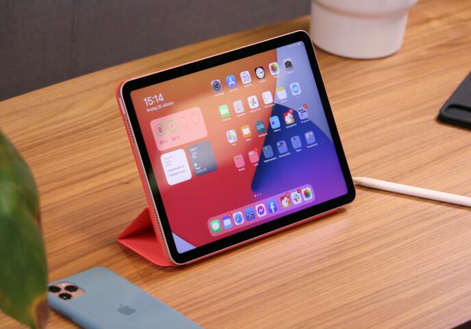 KJEKT TILBEHØR: Apples Smart Folio-deksel både beskytter iPad Air og fungerer som et stativ. Prisen er imidlertid i kjent Apple-stil høy: 899 kroner. Alle foto: Kirsti Østvang