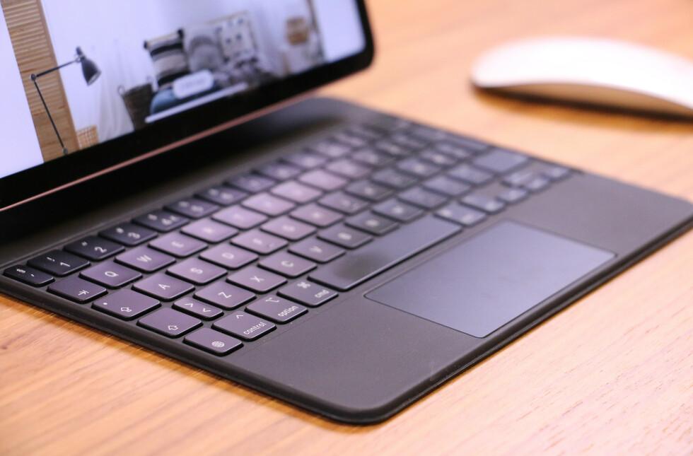 Tastene er omtrent som på Apples bærbare Mac-er. De er av den lave sorten, så du bør like å bruke det. I fjor fikk iPadOS støtte for mus og styreflate, så du får musepeker og det hele.