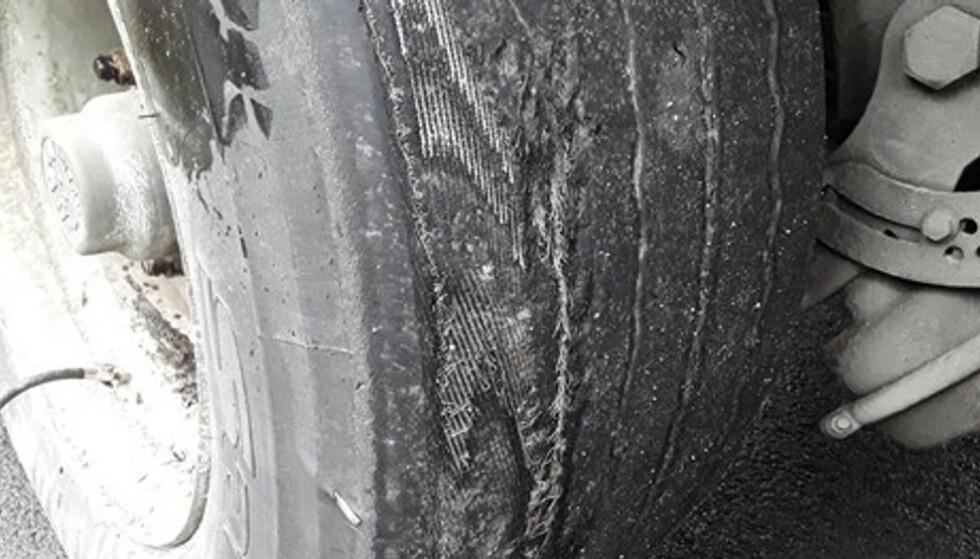 GJENNOMSLITT: Slik så dekkene til den østeuropeiske semitraileren ut da den ble stoppet på kontroll i Vestland-fylke tidligere denne uka. Foto: Statens Vegvesen.