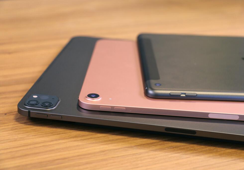 Flate kanter er det som gjelder fra Apple i år. I tillegg til iPad Air har også nye iPhone 12 fått samme designtrekk. 8. generasjon iPad (som ligger øverst i bunken) har fremdeles det gamle designet med avrundede kanter.