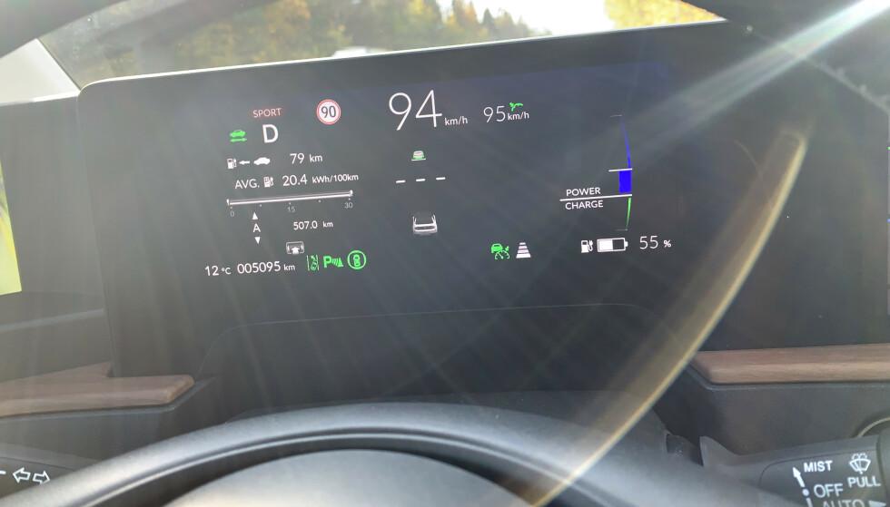 PÅBUDT I 2022: Mange nye personbiler kan allerede i dag lese trafikkskilter og tilpasse farten etter disse. Problemet er at bilene eller GPS-systemet kan varsle feil fartsgrense, noe som potensielt kan føre til at bilen bremser ned der den ikke skal gjøre det. Foto: Øystein B. Fossum