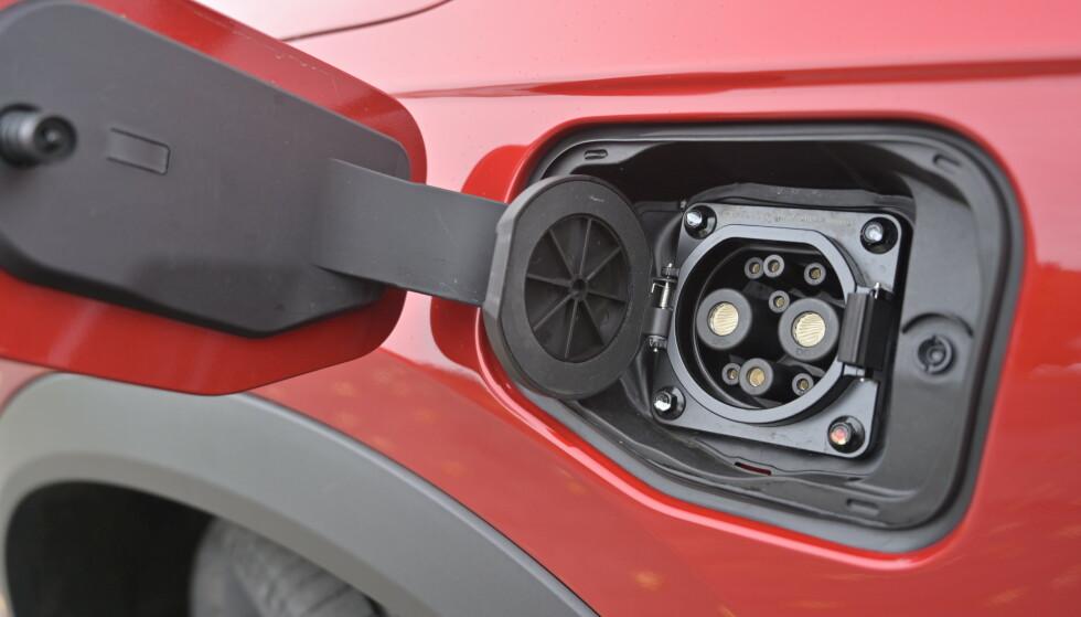 CHADEMO: Desverre har den ikke CCS ladekontakt. I Norge får du ladet maks 50 kW på hurtiglader. Det gjør den til en av de tregeste. Foto: Rune M. Nesheim