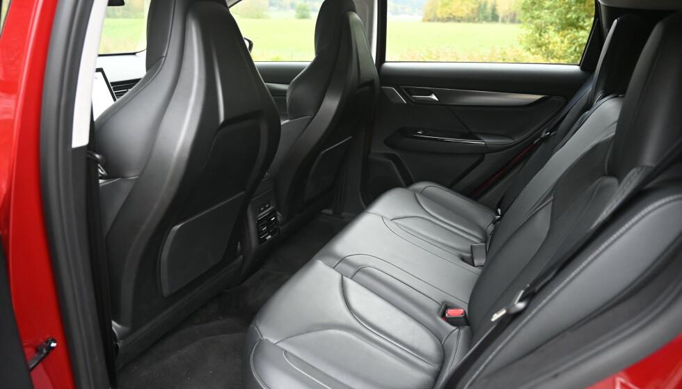 OK: Man kan ikke forvente kjempeplass i en kompakt-SUV men voksne får plass baki og med andre baksider på stolene hadde man faktisk vunnet enda mer plass. Sjekk videoen. Foto: Rune M. Nesheim