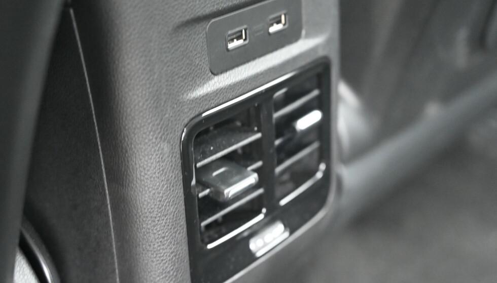 LITT EKSTRA: Du har USB og ventilasjon i baksetet. Foto: Rune M. Nesheim
