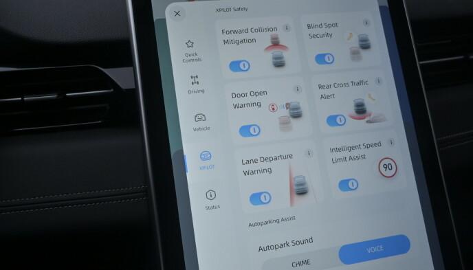 MYE SIKKERHET: Layouten på testbilen er endelig blitt engelsk (var kinesisk da den kom til Norge), men bilene taler sitt tydelige språk uansett. Foto: Rune M. Nesheim