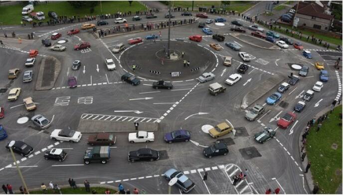 DET FINNES VERRE: Rundkjøringen i Swindon, England er beryktet. Det er lett å forstå hvorfor. Foto: NTB scanpix
