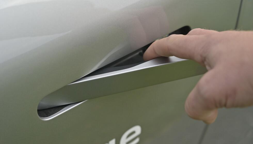ÆSJ: Dette er en kopi av Tesla Model 3, en knotete affære. Det hadde vært bedre med et normalt dørhåndtak eller automatisk åpning. Den låses opp med fjernkontroll eller NFC på mobilen. Foto: Rune M. Nesheim