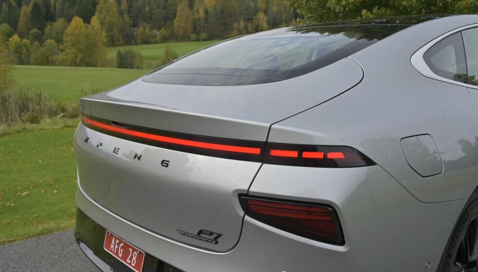FREKK HEKK: Selv om siluetten er som snytt ut av Tesla Model S, har Xpeng særpreg både foran og bak. Og som på en mobiltelefon kan du personifisere mye. Det finnes blant annet en rekke måter å programmere lysstripene foran og bak. Foto: Rune M. Nesheim