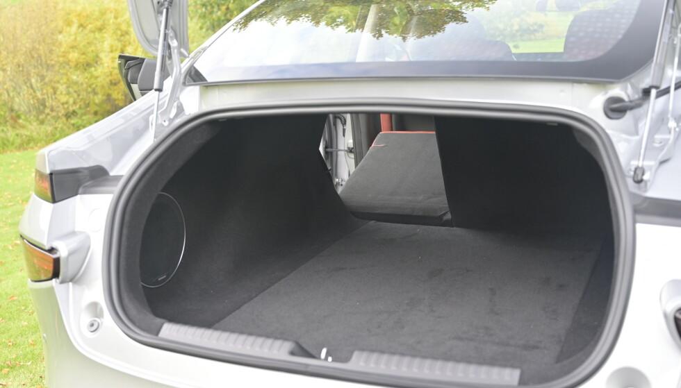 SEDAN: Coupéformede sedaner gir ikke mest oversikt over bagasjerommet, men det er akseptabel størrelse på det dersom man sammenligner med elbiler og ladbare hybrider i samme størrelse. Foto: Rune M. Nesheim