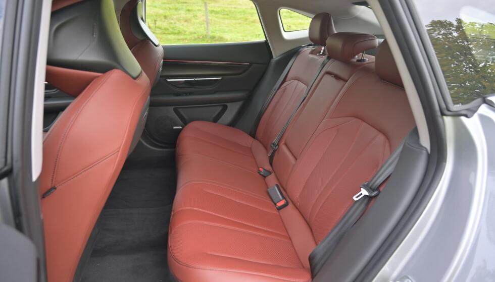 FLATT GULV: Det er ikke overdrevent, men helt OK plass til voksne i baksetet. Norske biler får varme i de to ytterste setene. Gulvet er flatt. Foto: Rune M. Nesheim