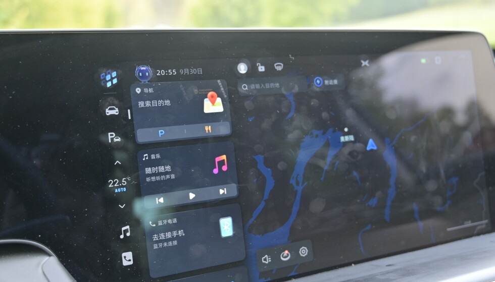 HOVEDMENYEN: Den stående stripa til venstre ligner mye på Tesla sin. Som du ser har ligger valgfrie apper i større formater på skjermen. Det kan du konfigurere selv. Foto: Rune M. Nesheim
