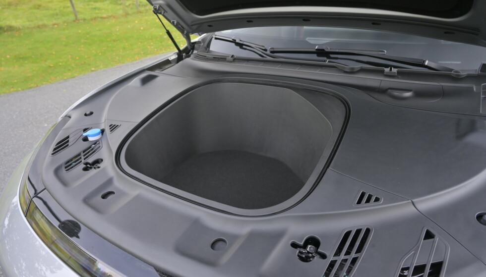 MYE PLASS: Det er vel i grunn bare Porsche (911 og 718) og Tesla som tilbyr større plass foran. Foto: Rune M. Nesheim