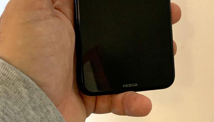 TUNG: Å hvile mobilen mot lillefingeren kan faktisk gjøre vondt etter noen minutter. Foto: Bjørn Eirik Loftås