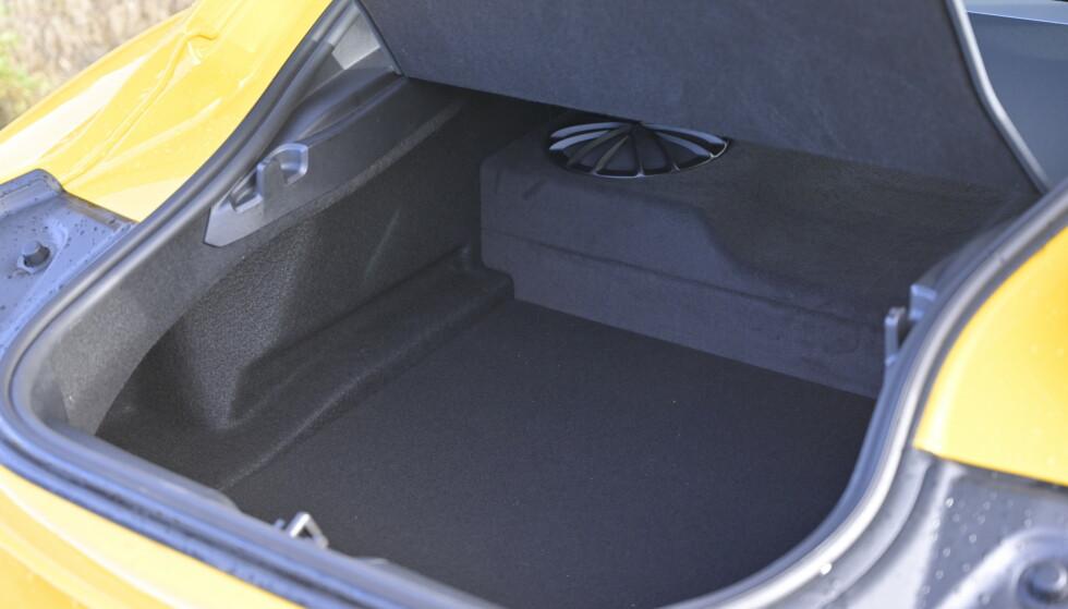 PRAKTISK: En svær basskasse uten særlig bra lyd, stjeler mye plass i bagasjerommet. Men du skal kunne ha 280 liter og faktisk et par hemper til å henge plastposer på. Foto: Rune M. Nesheim