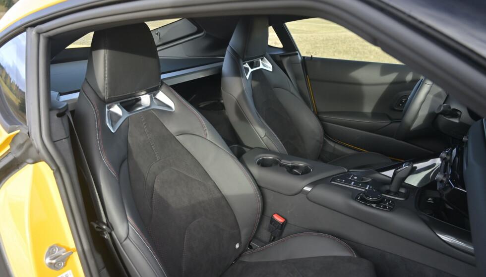 SPORTY: Setene har Toyota-design, men funksjonaliteten er fra BMW. Stolene er manuelle men har elektrisk 4-veis korsryggstøtte. Man mangler mulighet for å forlenge seteputa. Førerstolen har justerbare sidestøtter og passasjerstolen har ISOfix. Kjekt når bilgleden skal inn med morsmelka. Foto: Rune M. Nesheim