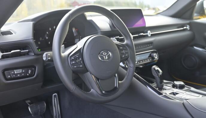 TRIST: Sammenlignet med Z4 er dette triste saker, men det gjør nytta. Legg merke til at Toyota har skygget unna BMWs tykke sportsratt. Heldigvis. Foto: Rune M. Nesheim