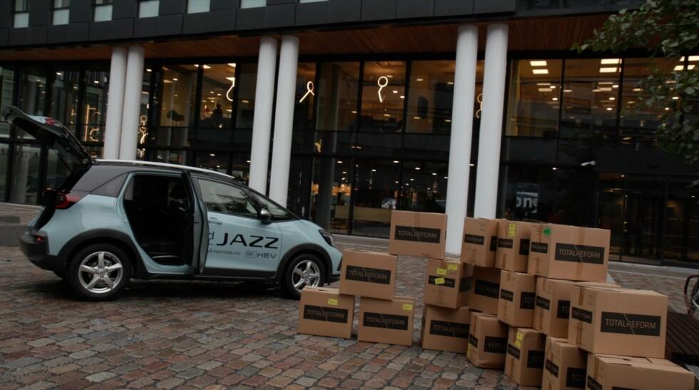 IMPONERENDE PLASS: Vi fikk inn hele 13 pappesker i bagasjerommet, med baksetene nede. I tillegg fikk bi plass til fire esker ved passasjersetet. Foto: Embla Augusta Hjort-Larsen