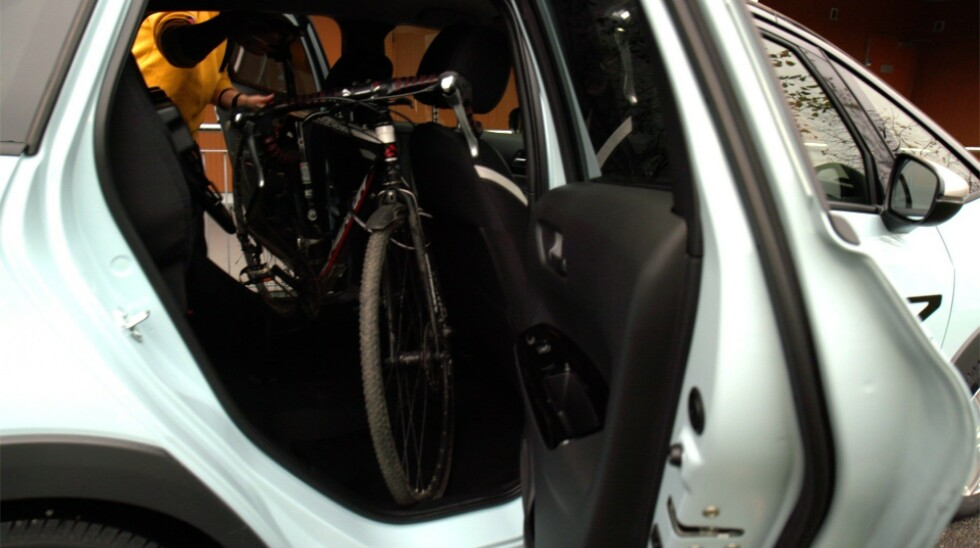 GOD PLASS: Det var ikke plass til en stor hybrid herresykkel, men de fleste andre sykler skal nok fint kunne stå i brønnen. Foto: Embla Augusta Hjort-Larsen