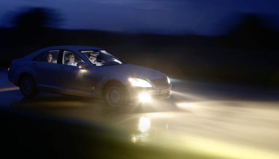 FARLIG DÅRLIG: Noen nye biler har fortsatt såpass dårlig lys at de kan bidra til farlige situasjoner på våte, mørke høstveier. Andre biler igjen har nå svært bra lys. Foto: Colourbox