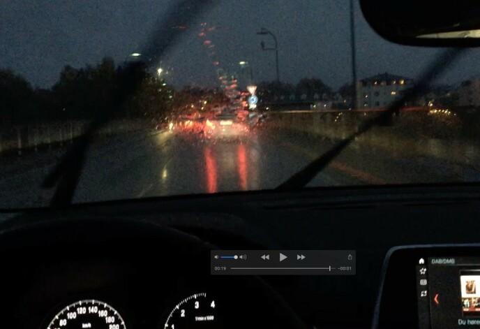 SLUKER LYSET: Våte og mørke høstveier sluker lyset fra billyktene. Under slike forhold er godt lys er viktig både på landeveien og i tettbygde strøk. Foto: Rune Korsvoll