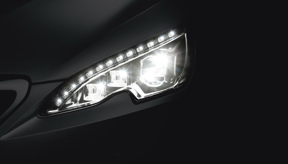 LED-LYS: De fleste nye biler i dag kommer med LED-lykter som standard. De gir hvitere lys, har lys-dieoder som varer lenger enn vanlige pærer. men også her skiller det mye mellom gode og dårlige lykter. Foto: Rune Korsvoll