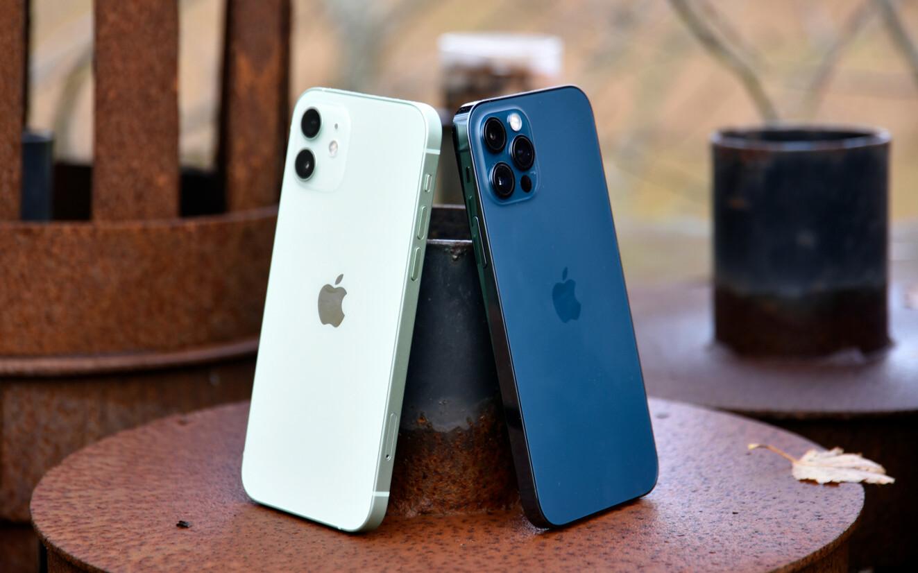 iPhone 12 (venstre) har blank bakside og matt aluminium langs kanten. iPhone 12 Pro (høyre) har matt bakside og en kant av stål. Foto: Pål Joakim Pollen