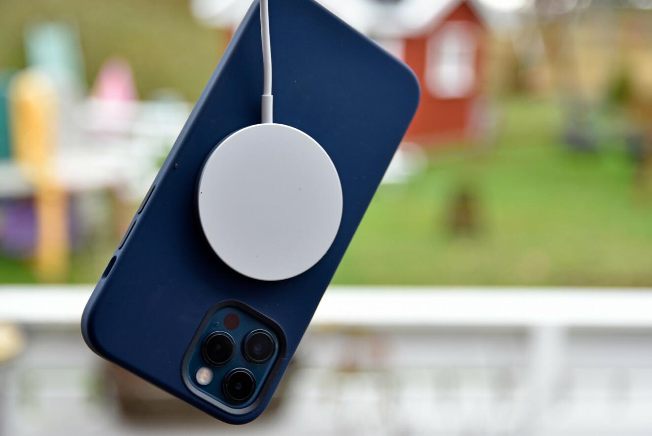 MAGNETISK: MagSafe-laderen har et så sterkt magnetfeste mot telefonen at den klarer å bære den - her igjennom ett av Apples MagSafe-deksler. Foto: Pål Joakim Pollen