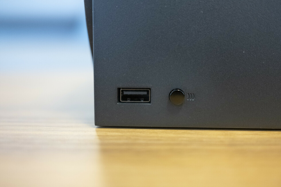 USB og synkroniseringsknapp for kontroller.
