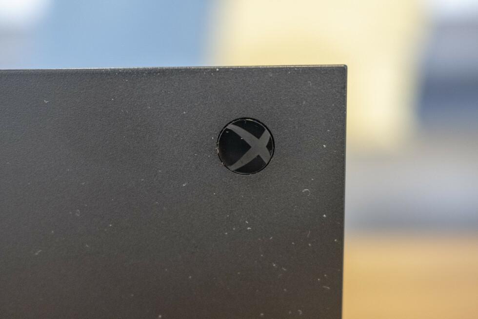 Xbox-logoen på fremsiden. Når konsollen er plassert horisontalt, er logoen feil vei.