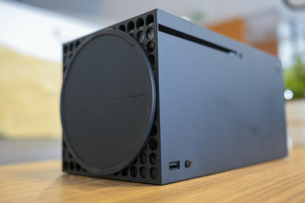 Xbox Series X plassert horisontalt. Fotstøtten kan ikke fjernes.