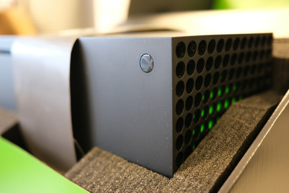 Xbox Series X i esken.