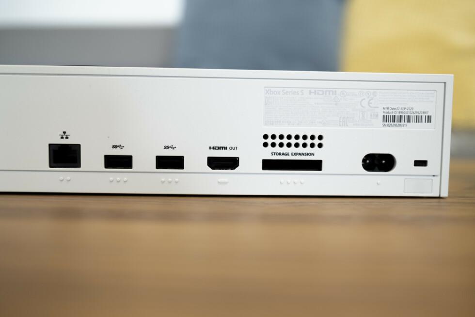 Baksiden av Xbox Series S. Legg merke til at den ikke har optisk lydkontakt eller HDMI-inn, slik som Xbox One.